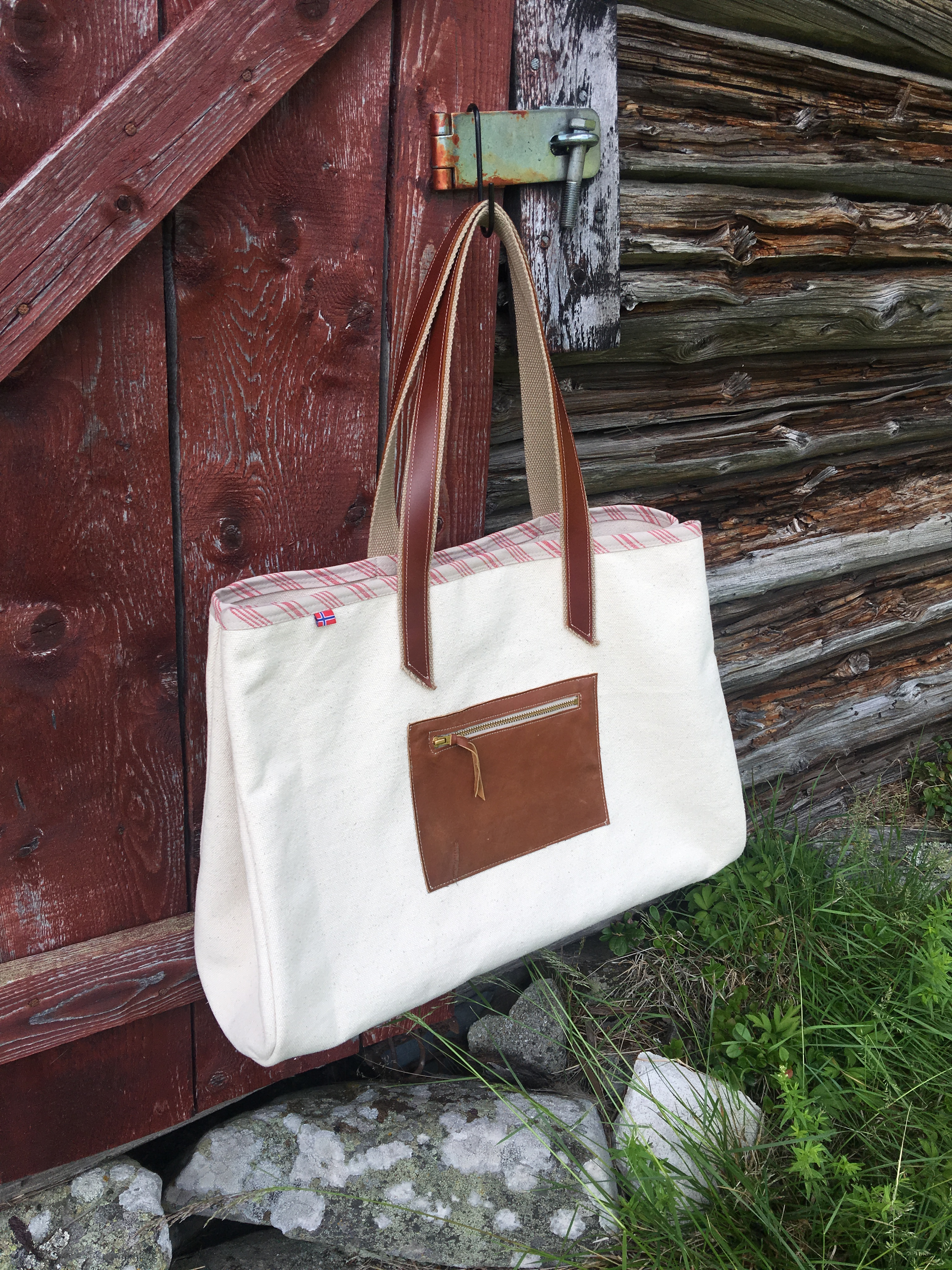 Sewing a canvas tote bag with a leather zip pocket